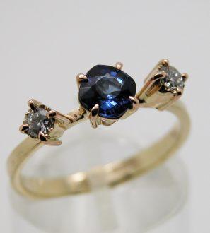 Кольцо с Сапфиром кушон и бриллиантами.