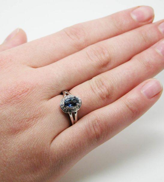 Кольцо золотое с овальным сапфиром и бриллиантами.