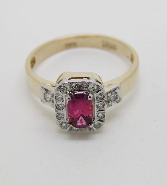 Кольцо золотое с красно-розовым рубином и бриллиантами.