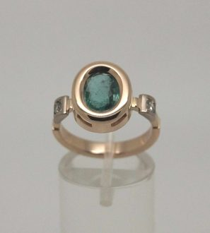 Кольцо по мотивам Тиффани с Изумрудом и бриллиантами.