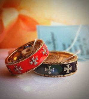 Эксклюзивное обручальное кольцо с крестами из комбинированного золота с бриллиантами и эмалью