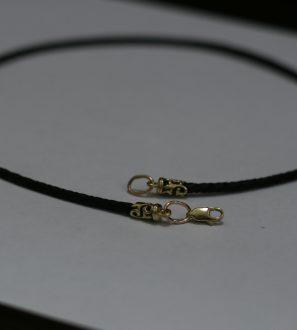 Кожаный шнурок с золотыми оконечниками