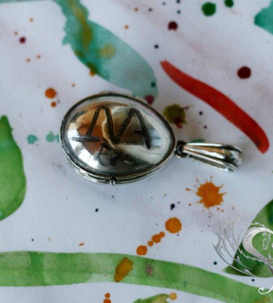 Открывающийся кулон с монограммой