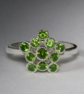 Серебряное кольцо с природными демантоидами
