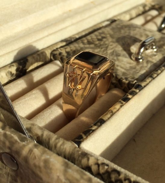 Мужской перстень с чёрным агатом и инициалами