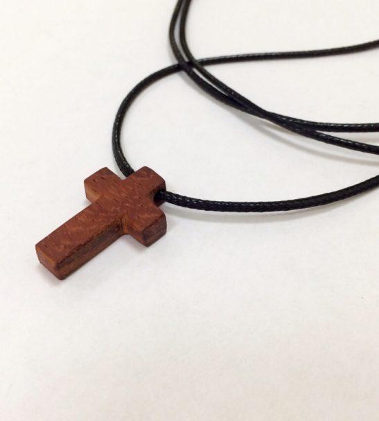 Нательный крест из красного дерева Падук