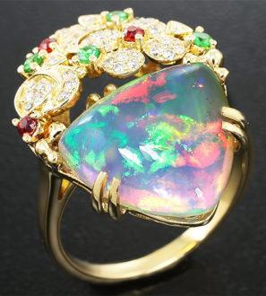 Золотое кольцо с эфиопским опалом, цаворитами, рубинами и бриллиантами