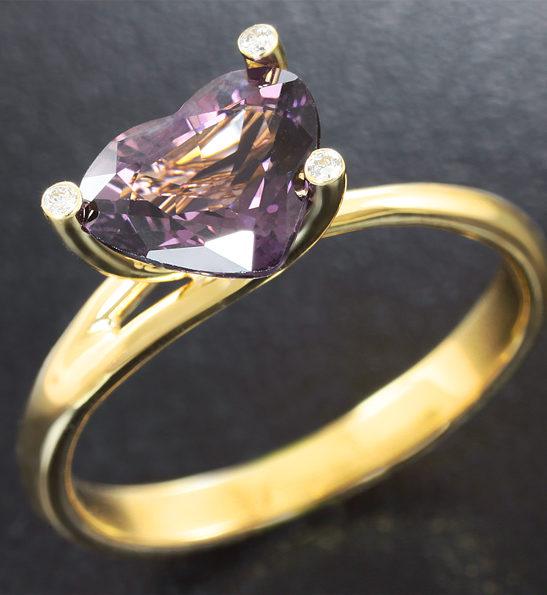 Золотое кольцо с пурпурной шпинелью и бриллиантами