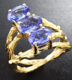 Золотое кольцо с яркими танзанитами