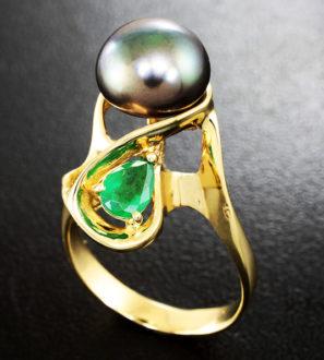 Золотое кольцо с цветной морской жемчужиной и изумрудом