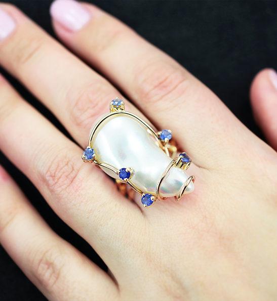 Золотое кольцо с крупной жемчужиной барокко и синими сапфирами