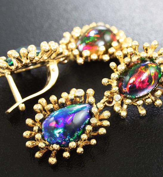 Золотые серьги с кристаллическими черными опалами и бриллиантами