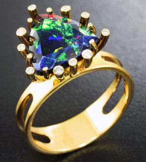 Золотое кольцо с великолепным ограненным черным опалом и бриллиантами