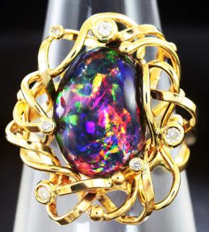 Золотое кольцо с роскошным черным опалом и бриллиантами