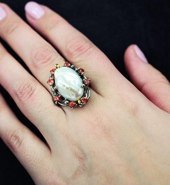 Серебряное кольцо с жемчужиной барокко и сапфирами