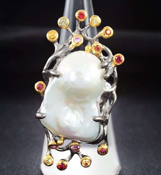 Серебряное кольцо с жемчужиной барокко и разноцветными сапфирами