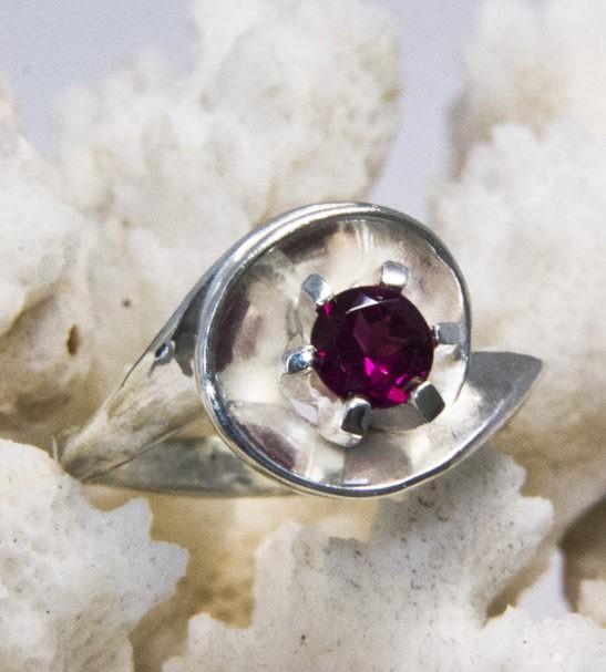 Кольцо из серебра с родолитом. Арт. 630365К