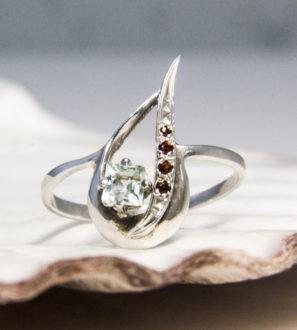 Серебряное кольцо с топазом и гранатом