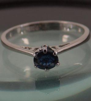 Золотое кольцо с синим не гретым Сапфиром.